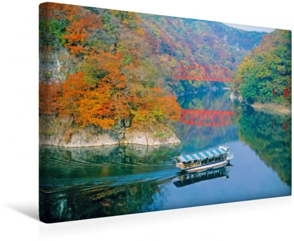 Wandbild Wie gemalt – Ausflugsboot in friedlicher Herbststimmung Taishaku Valley geniessen Hiroshima Japan Taishaku Valley geniessen Hiroshima Japan