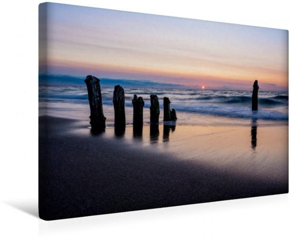 Wandbild Buhnen und Sonnenuntergang an der Ostseeküste Buhnen und Sonnenuntergang an der Küste der Ostsee. Buhnen und Sonnenuntergang an der Küste der Ostsee.