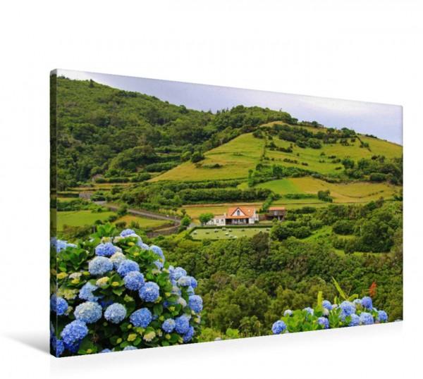 Wandbild Wohnhaus in Fazenda de Santa Cruz auf der Azoren-Insel Flores Die wildromantische portugiesische Insel der Blumen gilt als Geheimtipp für Wanderer und Naturliebhaber. Die wildromantische port