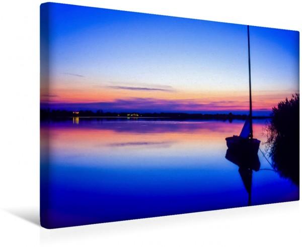 Wandbild Abendstimmung, Segelboot am Ufer des Nepperminer Sees, Mecklenburg-Vorpommern, Deutschland Ein poetisches Foto von Licht und Wasser Ein poetisches Foto von Licht und Wasser